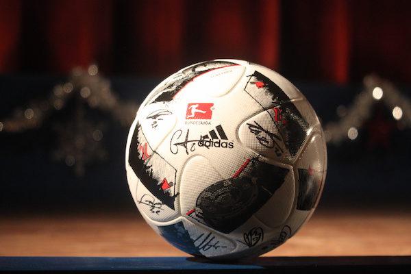 Kino Taucha versteigert RB-Ball